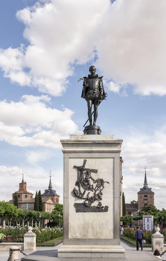 对米格尔・德・塞万提斯的纪念碑埃纳雷斯堡位于 免版税库存图片
