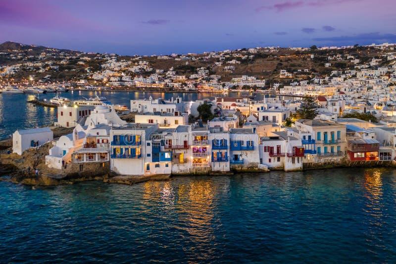 对米科诺斯岛镇的鸟瞰图在日落时间,基克拉泽斯,希腊 库存照片