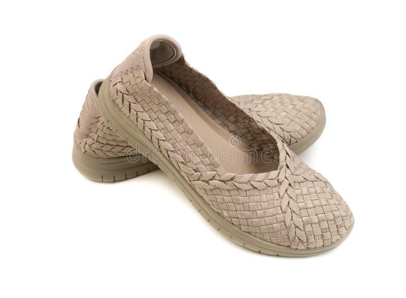 对米黄妇女` s鞋子 在白色的孤立 库存图片