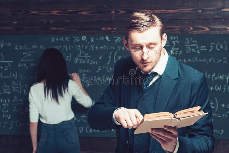对类的被集中的教授读书文章,当年轻女生在船上时书写 免版税库存图片