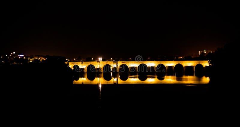 对罗马桥梁的看法在科多巴在晚上在安大路西亚,西班牙 免版税库存照片