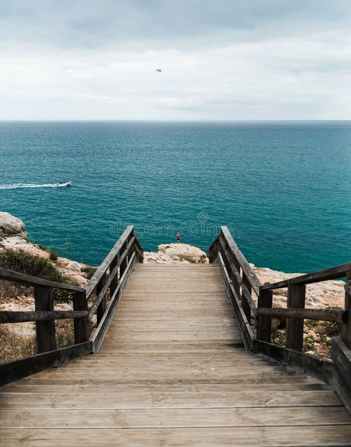 对美丽的海滩的木人行桥 库存照片