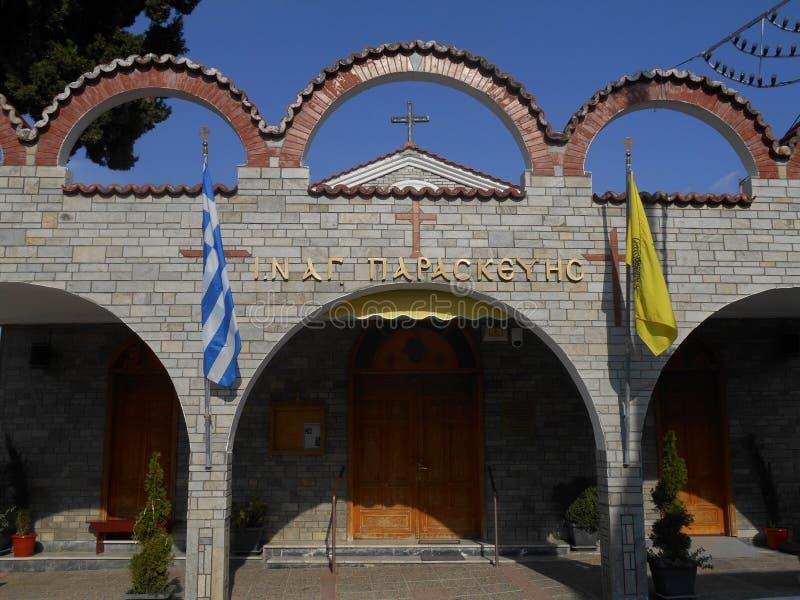 对美丽的灰色圣帕拉斯凯维教会的门的正面图在斯塔夫罗斯,希腊 免版税库存照片