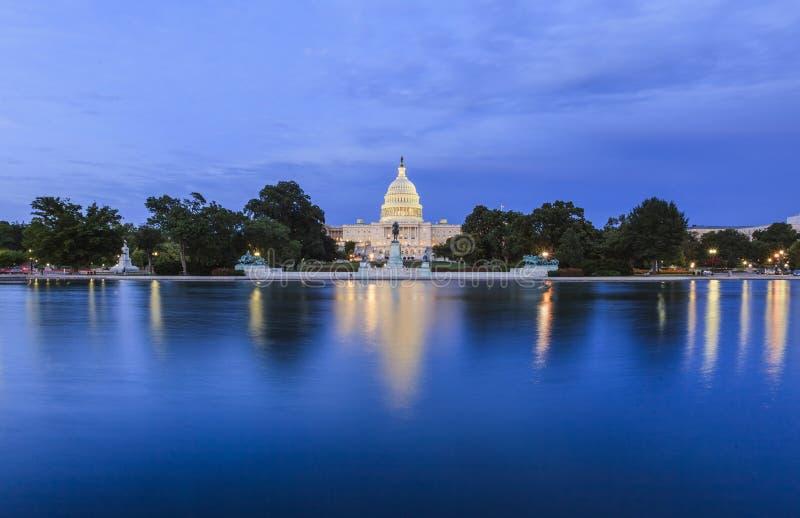 对美国国会大厦的看法在晚上 免版税库存照片