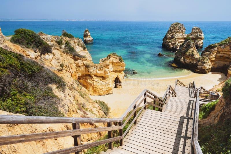 对美好的海滩普腊亚的木人行桥在拉各斯,葡萄牙附近在阿尔加威地区做卡米洛 免版税图库摄影