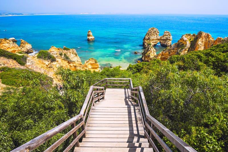 对美好的海滩普腊亚的木人行桥在拉各斯,葡萄牙附近在阿尔加威地区做卡米洛 免版税库存图片