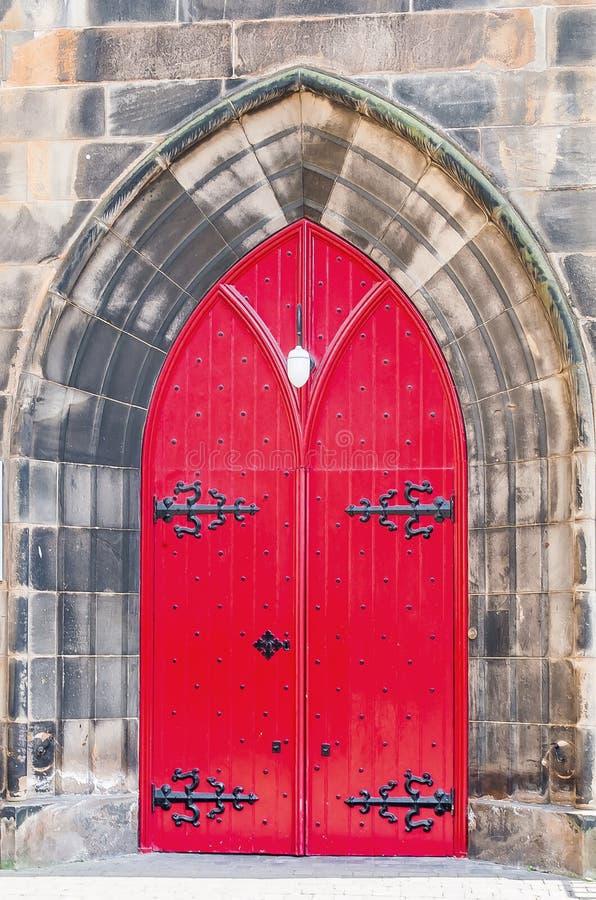 对老教会的红色门在苏格兰 库存图片