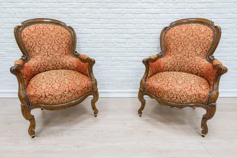 对老葡萄酒豪华扶手椅子 免版税库存照片