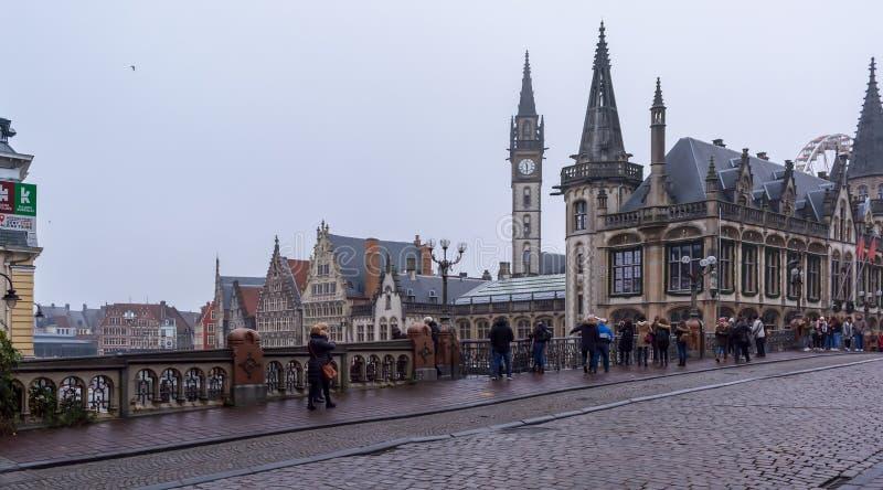 对老邮局和Graslei中世纪大厦的看法  免版税库存照片