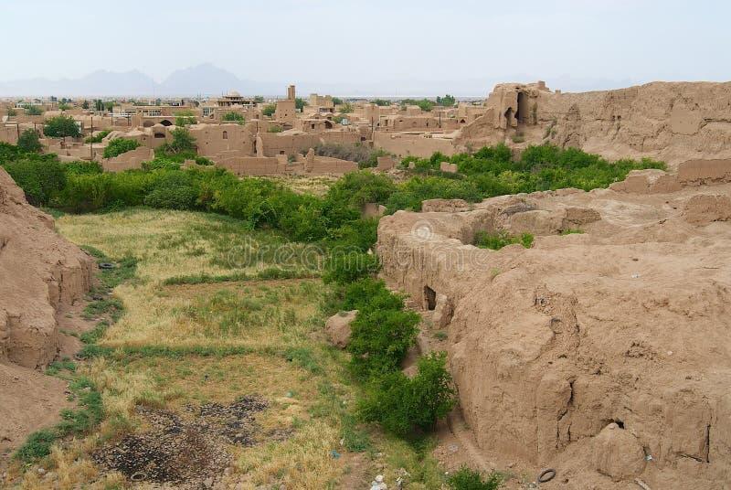 对老黏土大厦的废墟的看法在亚兹德,伊朗的郊区 库存照片