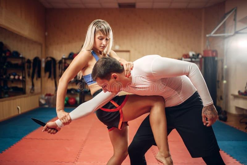 对胃的女性实践的膝盖反撞力 免版税库存照片
