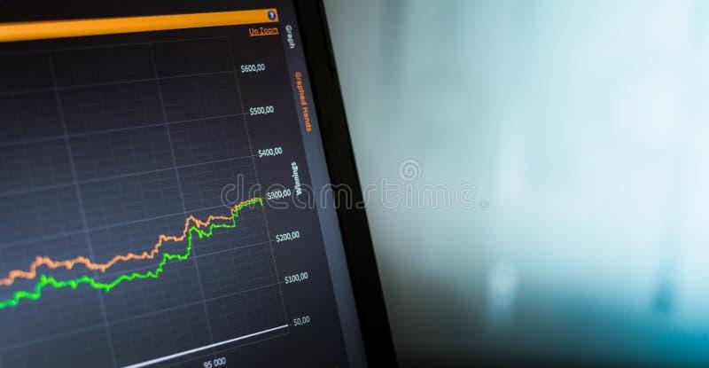 对膝上型计算机的统计筛选作为图表 啤牌统计 免版税图库摄影