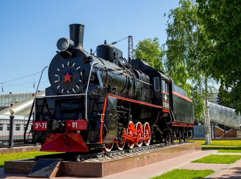 对艾尔系列的机车的纪念碑在沃罗涅日驻地的火车站的公园 免版税库存照片