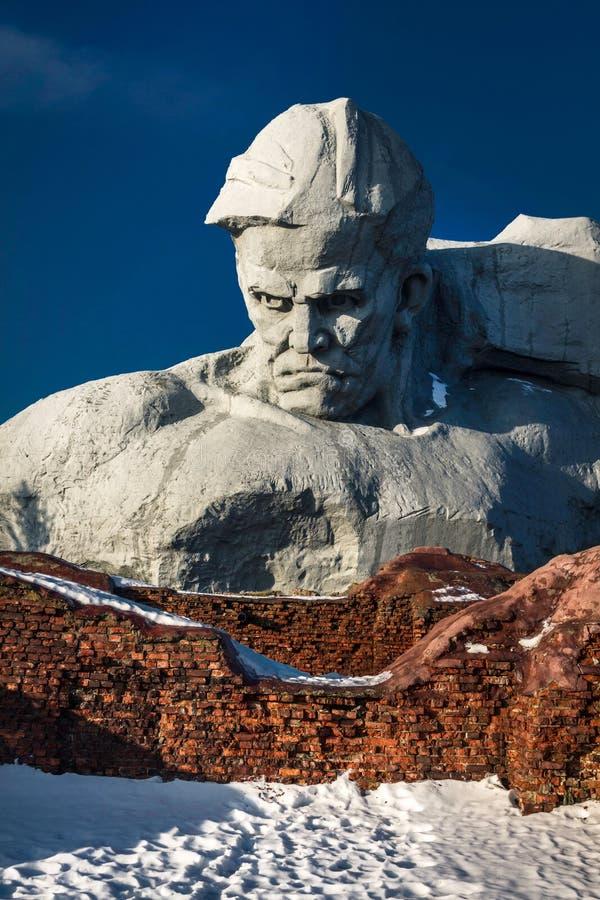 对苏联士兵的纪念碑布雷斯特堡垒的废墟的 库存照片