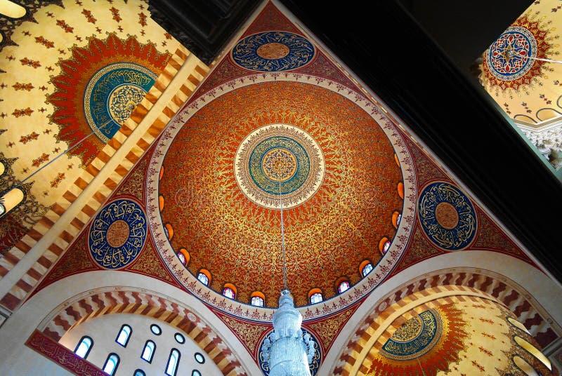对莫哈末Al阿明清真寺,贝鲁特,黎巴嫩马赛克天花板的内部看法  库存图片