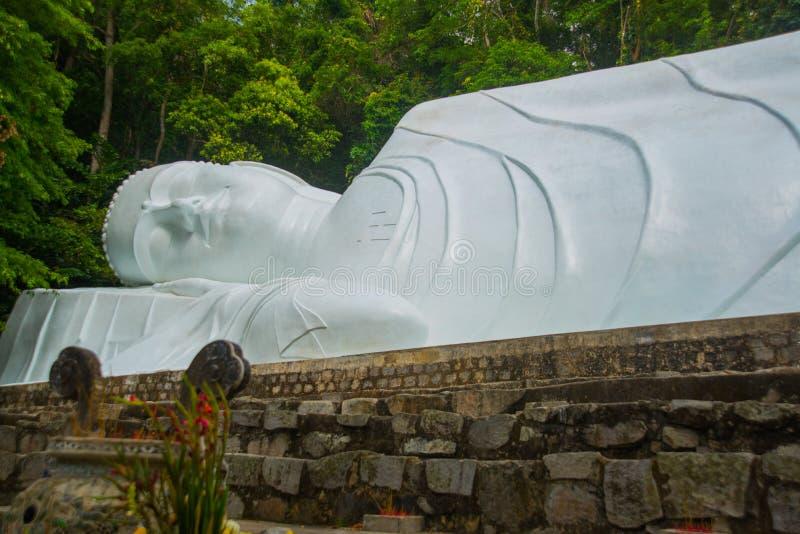 对菩萨的宗教纪念碑 免版税库存照片