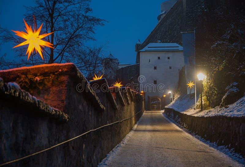 对萨尔茨堡堡垒的人行道,有圣诞节illumina的 库存照片