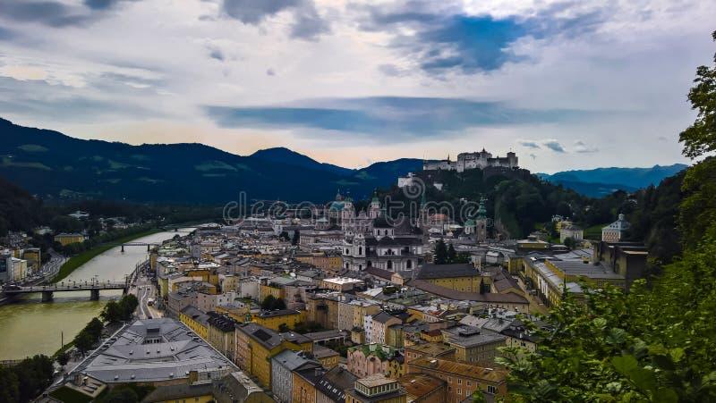 对萨尔茨堡老市奥地利的空中都市风景全景视图 免版税库存照片