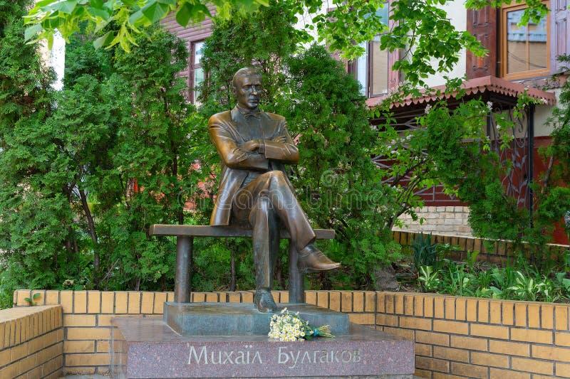 对著名作家米哈伊尔・布尔加科夫的纪念碑街道Andreevsky下降的 基辅 免版税库存图片