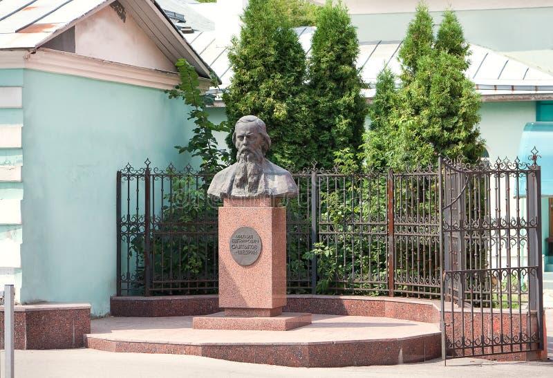对著名俄国作家讽刺作家米哈伊尔Evgrafovich萨尔特科夫Shchedrin的纪念碑在梁赞,俄罗斯 免版税图库摄影