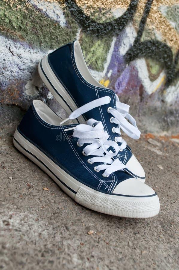 对蓝色夏天运动鞋 库存照片