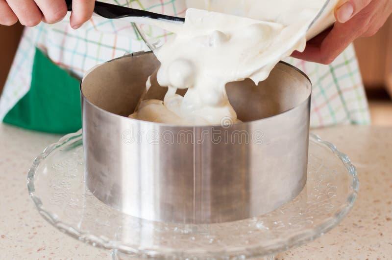 对蛋糕圆环的女性增加的乳酪蛋糕混合物 库存图片