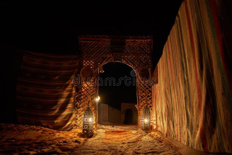 对蜡烛光点燃的沙漠露营地的入口 免版税库存照片
