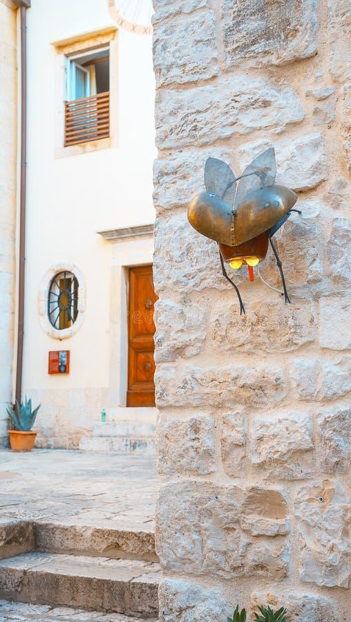 对街道艺术的看法在海岛赫瓦尔岛克罗地亚 家庭的著名航行旅行目的地在克罗地亚,海岛赫瓦尔岛夏天风景 免版税库存照片