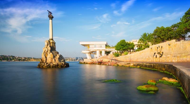 对被充斥的船的纪念碑和Kornilov堤防在塞瓦斯托波尔 免版税库存照片