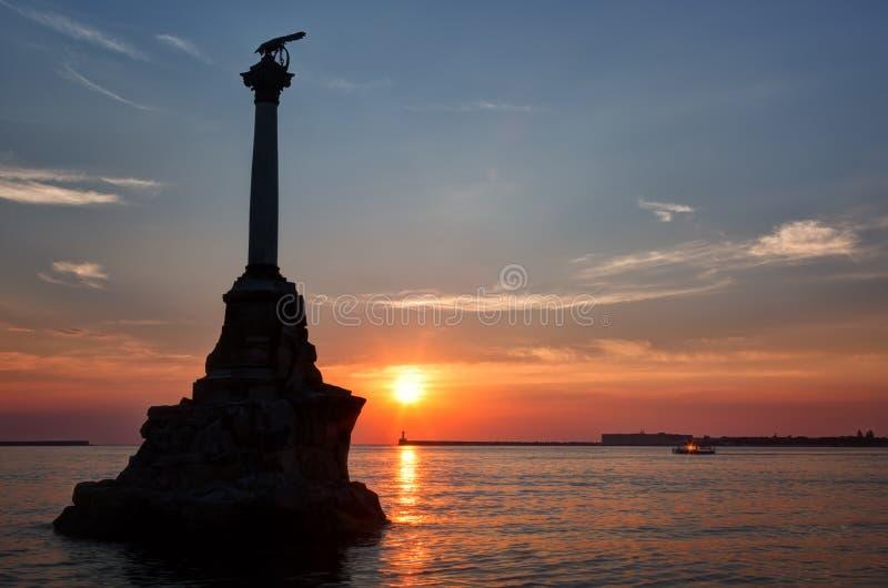 对被破坏的军舰的纪念碑在塞瓦斯托波尔 免版税图库摄影