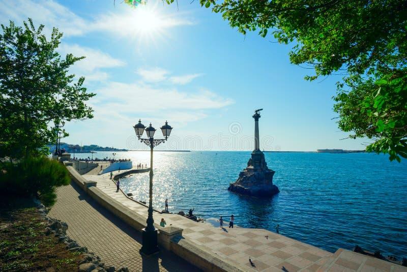 对被破坏的船的纪念碑在一个明亮的晴天 库存照片