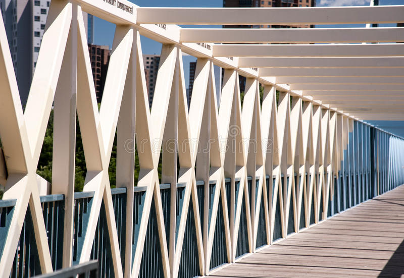 对角地被捆绑的步行桥 免版税库存图片