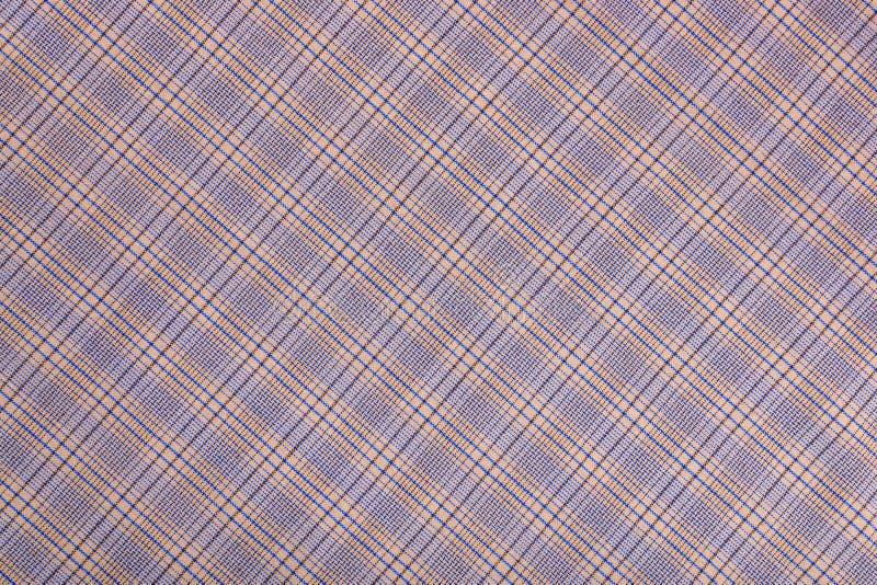 对角方格的织品 棕色米黄蓝色方格的织品特写镜头,桌布纹理 库存图片