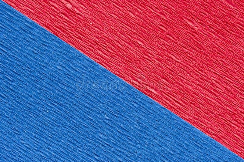 对角红色和蓝色皱纹纸抽象织地不很细背景  免版税库存图片