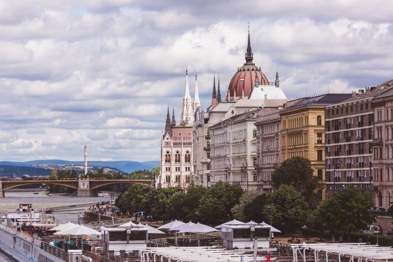 对议会大厦的看法在从虫边的布达佩斯,匈牙利 库存图片