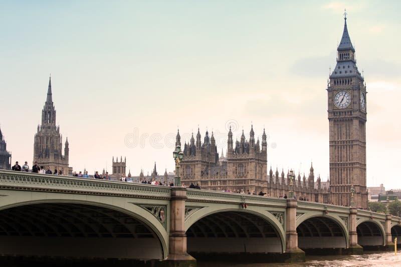 对议会,伦敦大本钟和议院的经典看法  库存照片