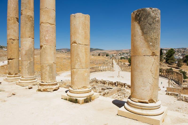 对论坛卵形广场废墟的看法有宙斯寺庙的专栏的在前景的在杰拉什,约旦 库存照片