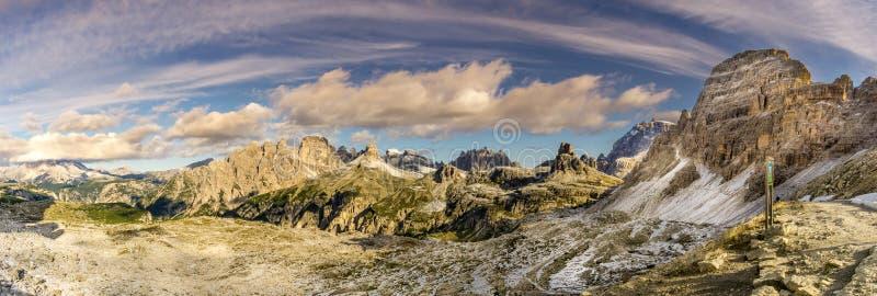 对谷的全景从在Tre Cime在白云岩-意大利附近的Forcella Lavaredo 免版税库存图片