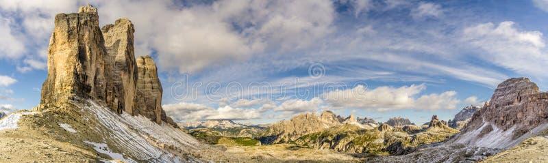 对谷的全景从在Tre Cime在白云岩- ItaÃ'y附近的Forcella Lavaredo 库存照片