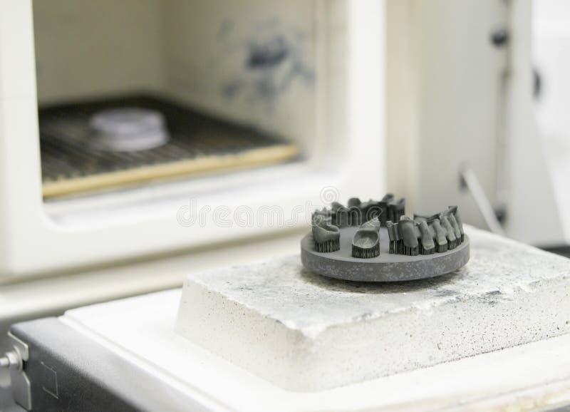 对象在金属3d打印机打印了在焊接的窑附近在热治疗synterization特写镜头以后 免版税库存图片