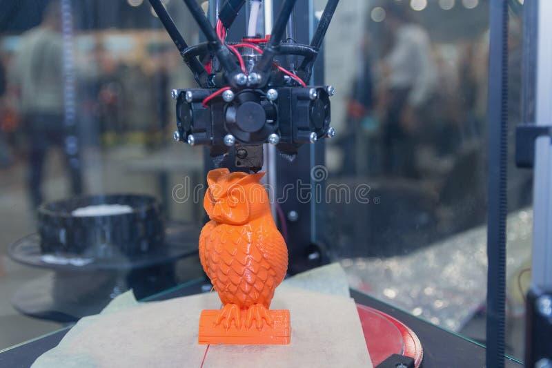 对象在3d打印机打印在实验室里 免版税图库摄影