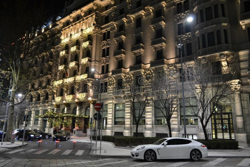 对豪华旅馆'Gallia细刨花的'门面的美好的新年夜视图 库存图片