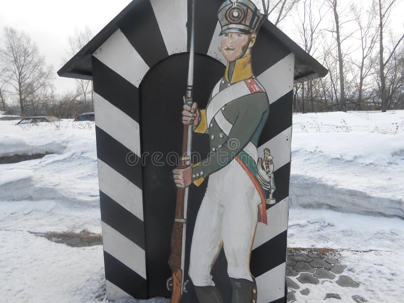 对路在冬日和看antigue形象到步枪 免版税库存照片