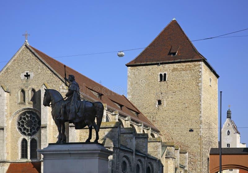对路德维希的纪念碑圣乌尔里克我和教会在雷根斯堡 巴伐利亚人 德国 免版税库存图片