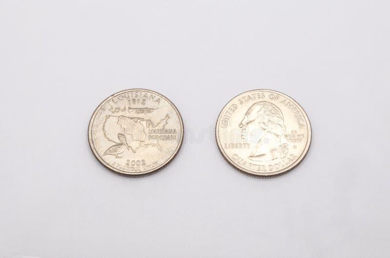 对路易斯那州标志的特写镜头在白色背景的两毛五硬币 图库摄影