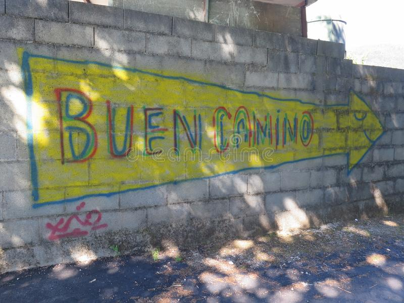 对路的一个方式标记向孔波斯特拉的圣地牙哥在西班牙 库存图片