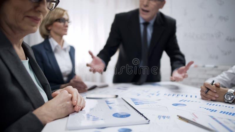 对部门,紧张工作工作不满意的歇斯底里的恼怒的人上司  免版税库存图片