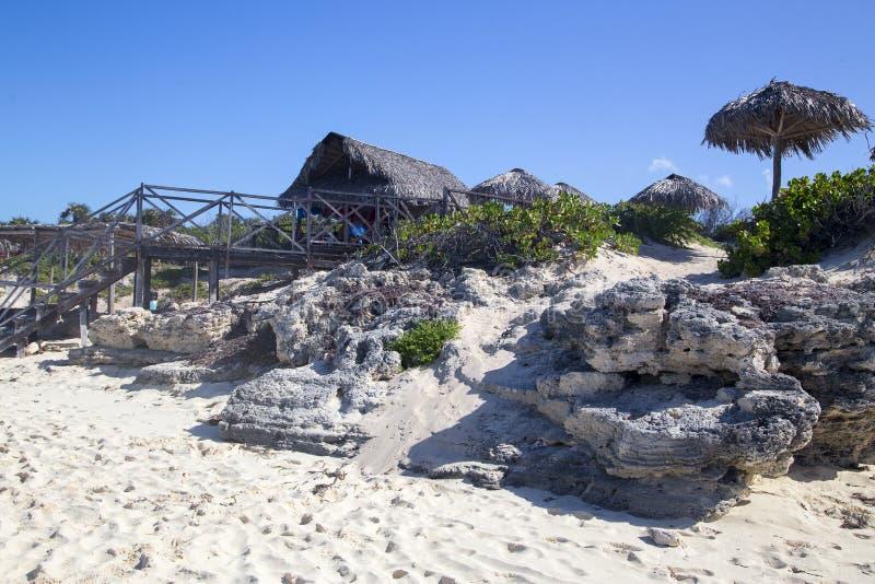 对酒吧的楼梯在海滩古巴 库存图片