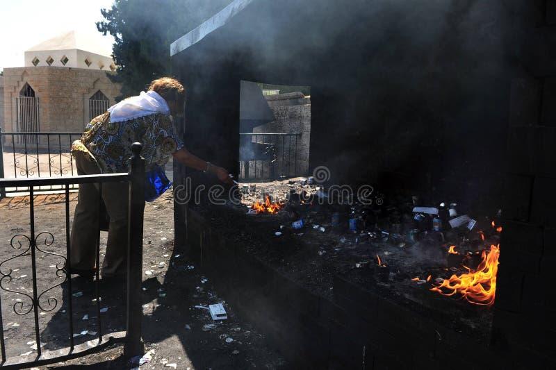 对酵母酒蛋糕Sali掩埋处坟茔的每年朝圣在Netivo 图库摄影