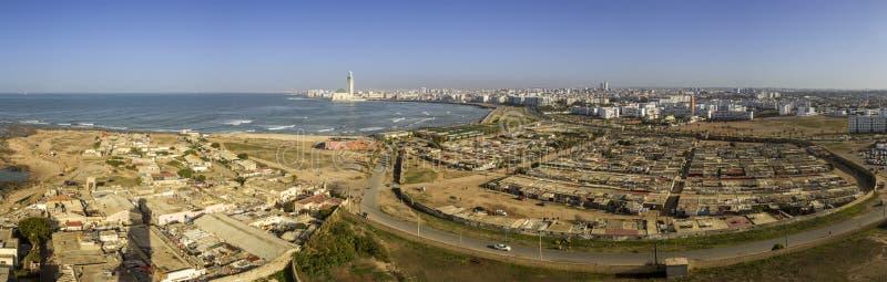 对重创的Mosquee哈桑二世的灯塔El汉克全景 免版税库存图片